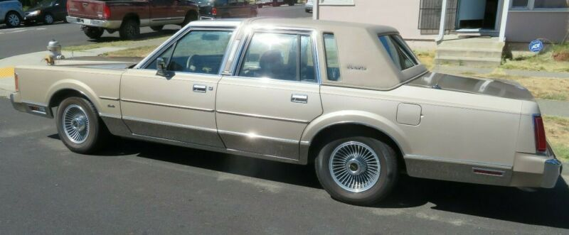 1LNBM82F5KY677820-1989-lincoln-towncar