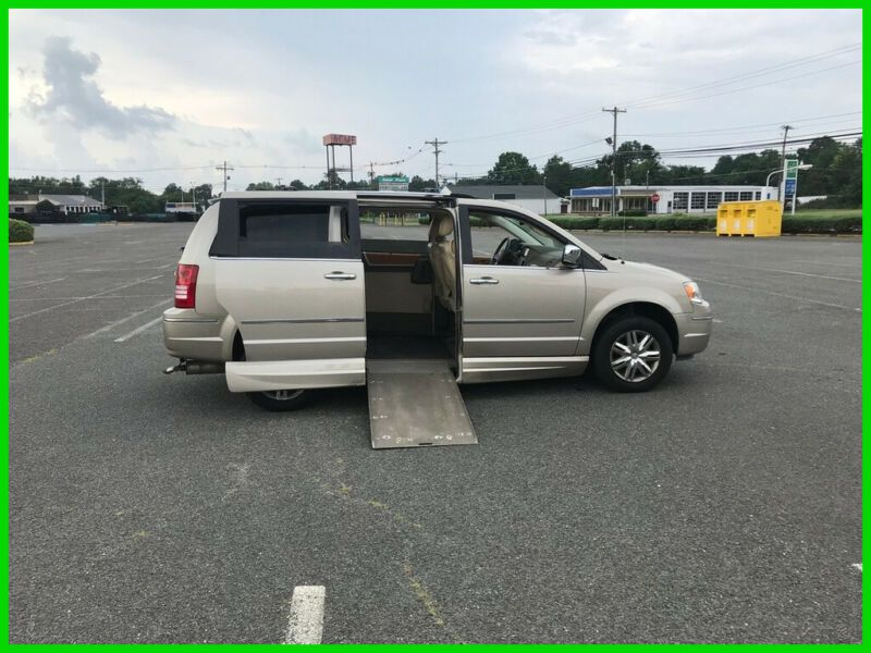 2A8HR64X08R684853-2008-chrysler-town-and-country-0