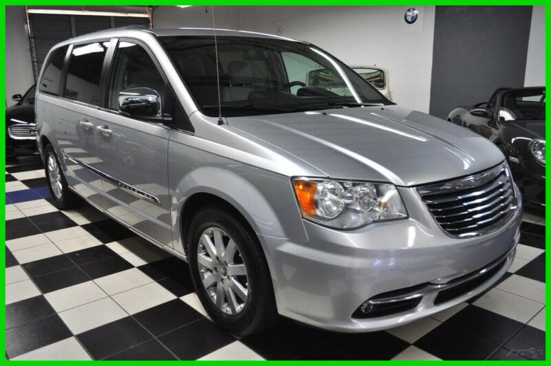2A4RR8DG5BR764321-2011-chrysler-town-and-country